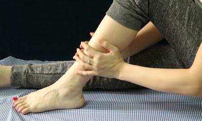 Mỏi chân chuột rút dấu hiệu của suy giãn tĩnh mạch chân